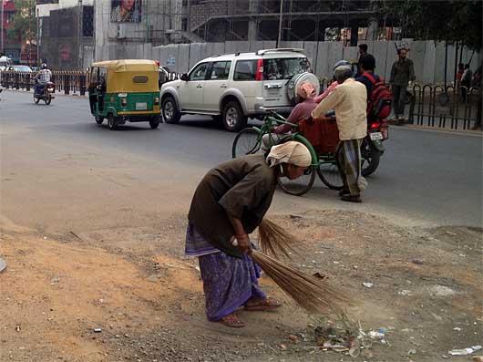 バンガロール 道路掃除のおばさん