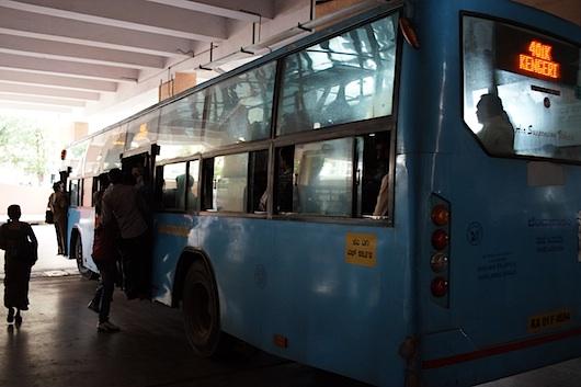 バンガロール バスに掴まる