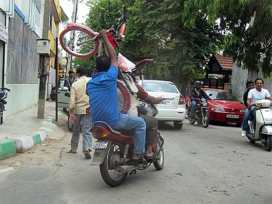 バンガロール 自転車を運ぶバイク