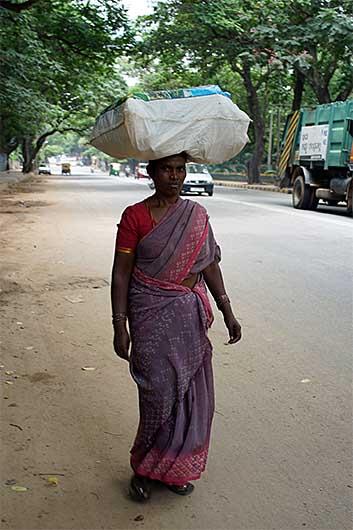バンガロール 荷物を頭に載せて運ぶ