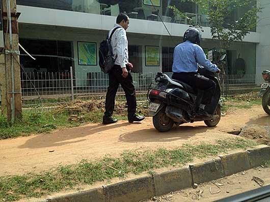 バンガロール 歩道を走るバイク