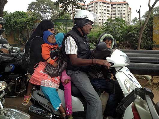 バンガロール 4人乗りスクーター