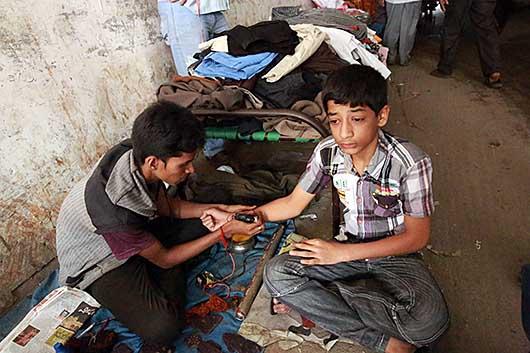 バンガロール タトゥーをする少年