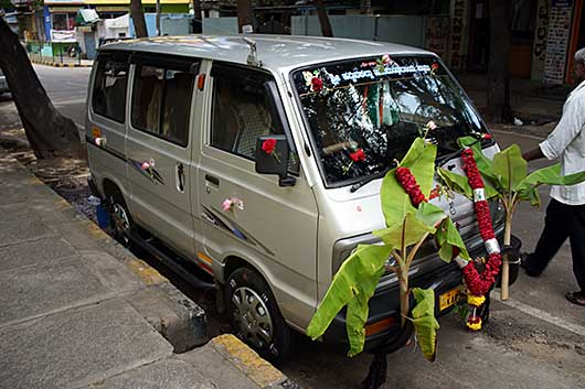 バンガロール Nabratri 車の飾りつけ