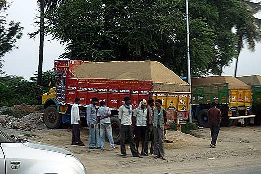 バンガロール 砂を積載したトラック