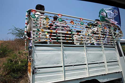 インド 投票所に向かう車