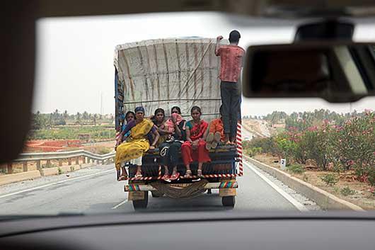 バンガロール 7号線の人と荷物を運ぶトラック