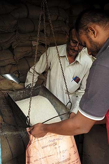 バンガロール 貧困層向け米/砂糖の配給所