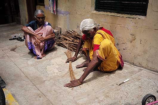 バンガロール 箒を編む