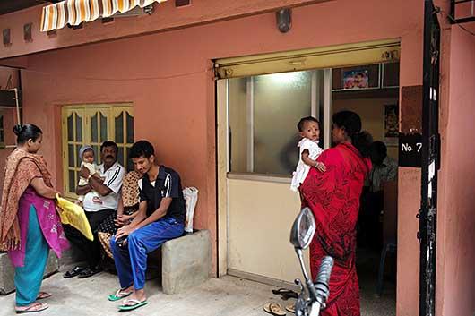 バンガロール 診察を待つ人達