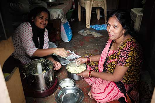 バンガロール 料理中の母と娘