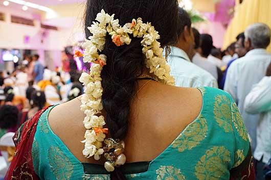 バンガロール 女性の髪を飾る花