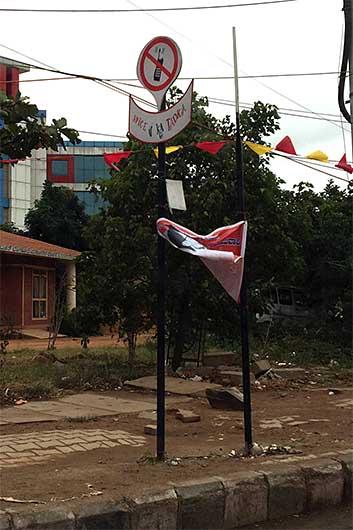 バンガロール 交通標識 携帯禁止?