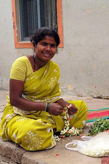 バンガロール 花輪を編む