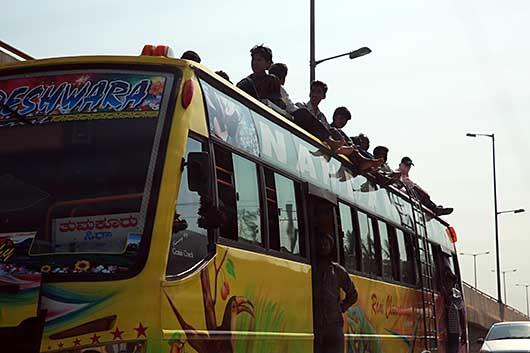 バンガロール バスの屋根に乗る人達