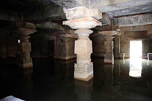 ハンピ  Underground Siva Temple