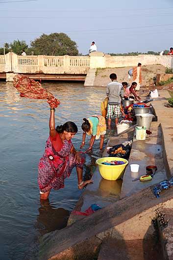 ホスペット 川で洗濯