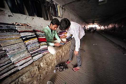 バンガロール トンネルの中の露天商