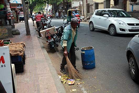 バンガロール 道路掃除のおじさん