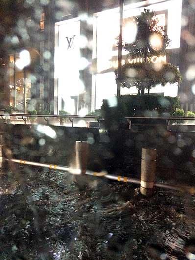 バンガロール UB City前の道路冠水