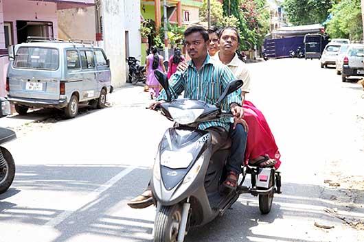 バンガロール 補助輪付きスクーター