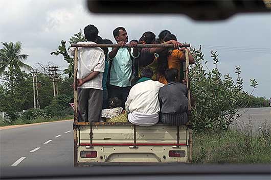 ベンガルール トラックで人を運ぶ