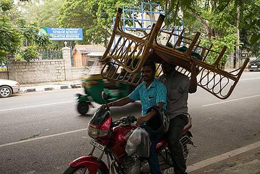 ベンガルール バイクで椅子を運ぶ