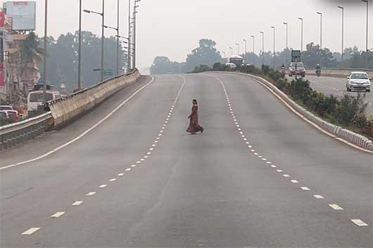 ベンガルール 高速道路を歩く人